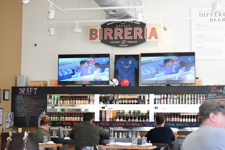 eataly-chicago-birreria-main-wall-web