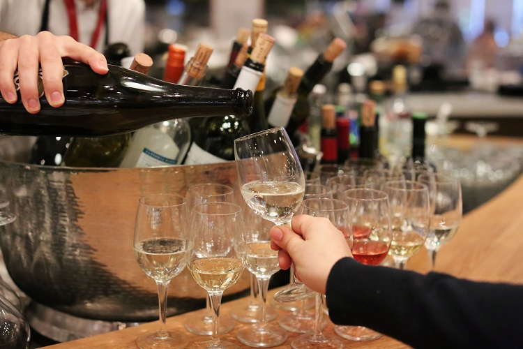 eataly-downtown-wine-tasting-close-up-wine-glasses-hands[1][2]